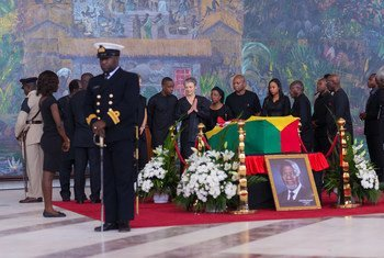 Familia ya aliyekuwa Katibu Mkuu wa 7 wa UN Kofi Annan, ikiwa imezunguka jeneza lake kabla ya mazishi mjini Accra, Ghana hii leo tarehe 13 Septemba 2018
