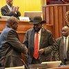 En septembre 2018, les belligérants au Soudan du Sud, le Président Salva Kiir (à droite) et son rival, Riek Machar, avaient signé un accord de paix.