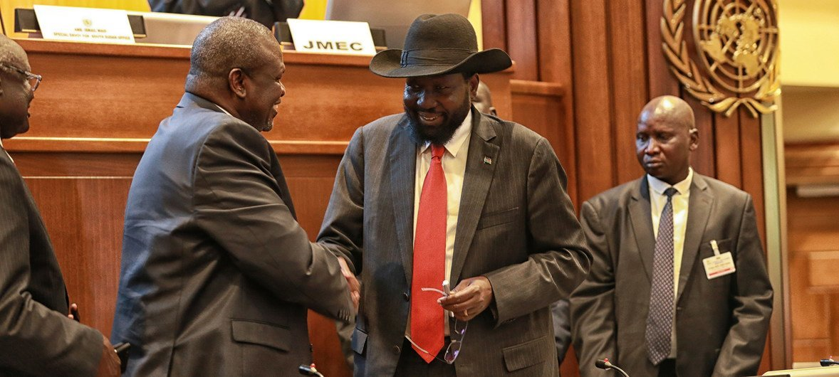 من لحظة التوقيع على اتفاق سلام تاريخي بين الفصائل المتحاربة في جنوب السودان: رئيس جنوب السودان سلفا كير (يمين) يصافح زعيم المعارضة، رياك مشار  في أديس أبابا ، إثيوبيا. 12 سبتمبر 2018.
