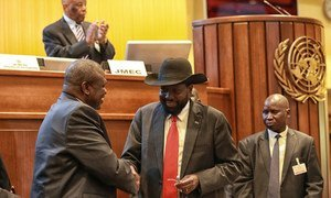 President Salva Kiir (right) of South Sudan shakes hands with leader Riek Machar after concluding a peace deal to end the conflict in the country (September 2018).