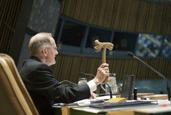 在这张于2012年拍摄的照片中,联合国大会第六十五届会议主席约瑟夫·戴斯敲击木槌,宣布潘基文连任联合国秘书长。
