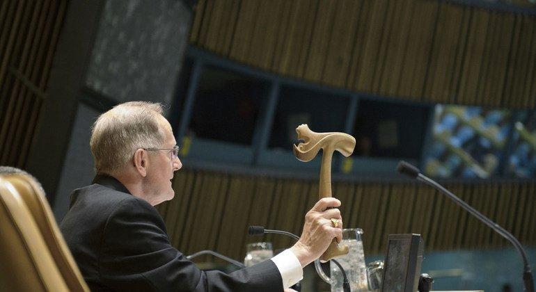 Молоток Председателя Генеральной Ассамблеи ООН - в руках Джозефа Дайса, возглавлявшегоо 65-ю сессию