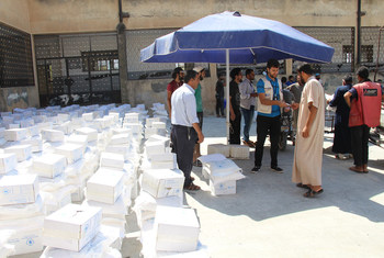 يقوم برنامج الأغذية العالمي وشركاؤه على الأرض بتوزيع المساعدات الغذائية لما يقرب من 600 ألف شخص في محافظة إدلب والمناطق المحيطة بها.