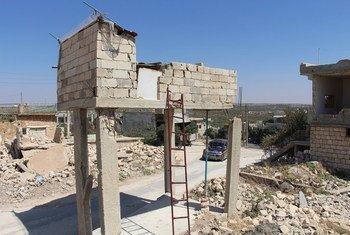 На северо-западе Сирии продолжаются воздушные обстрелы.