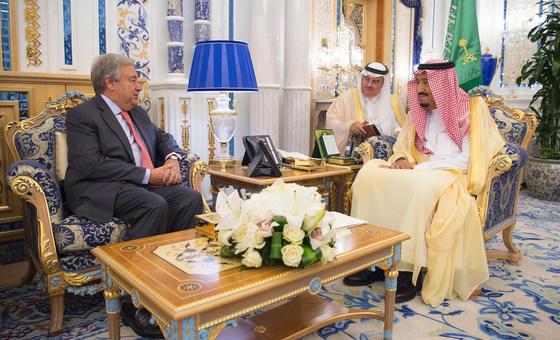 9月16日,联合国秘书长古特雷斯(左)会见沙特阿拉伯国王兼首相萨勒曼,共同见证埃塞俄比亚与厄立特里亚两国在沙特港口城市吉达签署和平协议。