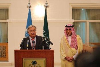 Le Secrétaire général de l'ONU António Guterres (à gauche) avec le Ministre saoudien des affaires étrangères Adel Jubeir à Djeddah, après la signature d'un accord de paix entre l'Ethiopie et l'Erythrée.