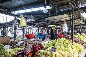 Un homme vend des légumes frais dans un marché de Skopje, en ex-République yougoslave de Macédoine.