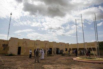 Delegação da ONU visita a sede do G5 em Mopti, depois de ser destruída por um ataque terrorista em junho.
