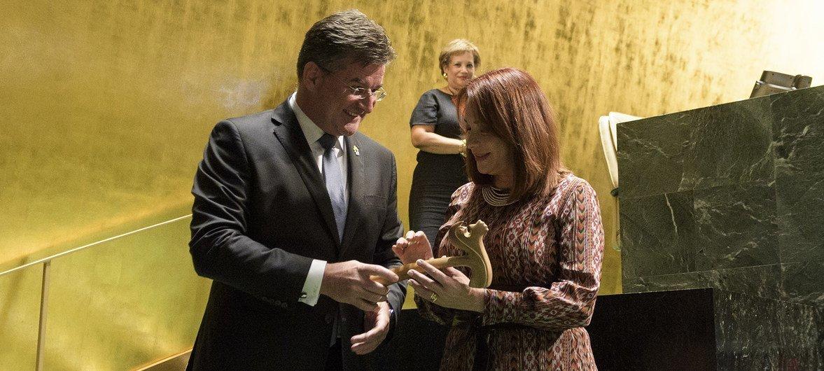 Miroslav Lajčák entrega el martillo de presidente de la Asamblea General a su sucesora Maria Fernanda Espinosa.