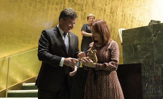 Miroslav Lajčák, le Président de la 72e session de l'Assemblée générale des Nations Unies, remet le marteau à Maria Fernanda Espinosa, qui va présider la 73e session.