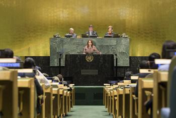 Rais wa Baraza Kuu la Umoja wa Mataifa María Fernanda Espinosa Garcés akitoa hotuba yake ya kwanza kabisa wakati wa ufunguzi wa mkutano wa 73 wa Baraza Kuu la UN jiijni New York, Marekani hii leo.