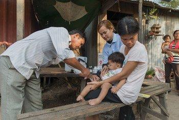 Un niños recibe una vacuna contra la tuberculosis y otras enfermedades en Phnom Penh, Camboya.