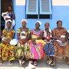 Des mères à la maternité du village de Nassian, dans le nord-est de la Côte d'Ivoire, attendent de faire vaccination leurs enfants contre la tuberculose et d'autres maladies. (mars 2017).