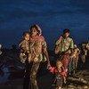 Warohingya wakivuka mto Naf ili kufikia kambi za wakimbizi nchini Bangladesh