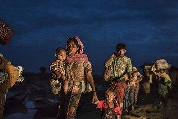 Rohingya wavuka mto Naf ili kufikia kambi za wakimbizi nchini Bangladesh
