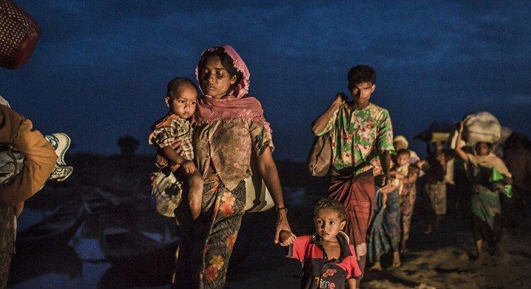 रोहिंज्या शरणार्थी 12 नवंबर 2017 को बांग्लादेश पहुँचने के लिए नाफ़ नदी पार करते हुए