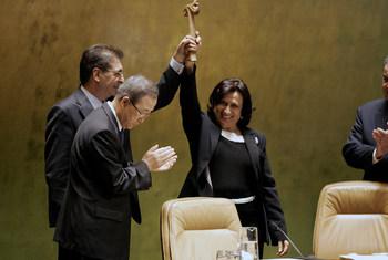 من الأرشيف: هيا آل راشد رئيسة الدورة الحادية والستين للجمعية العامة للأمم المتحدة(يمين) تسلم المطرقة إلى سيرجان كيريم(الثاني يمين) رئيس الدورة الثانية والستين وسط تصفيق الأمين العام للأمم المتحدة السابق بان كي مون.