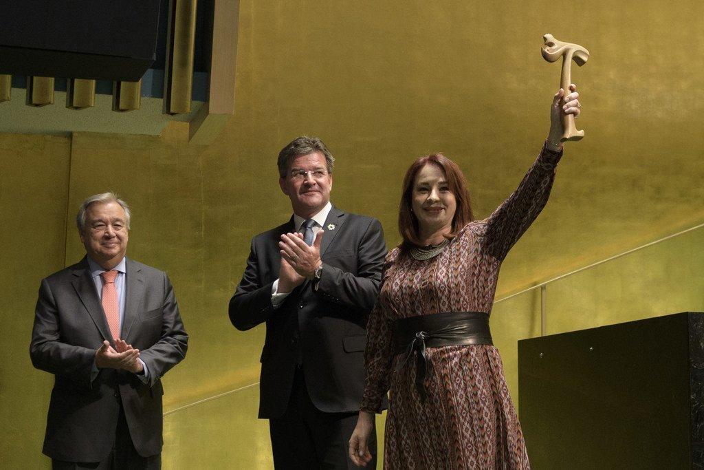 ماريا فرناندا إسبينوزا رئيسة الدورة الثالثة والسبعين للجمعية العامة للأمم المتحدة تحمل المطرقة بعد تسلمها من ميروسلاف لايتشاك رئيس الدورة الثانية والسبعين للجمعية العامة للأمم المتحدة بحضور الأمين العام للأمم المتحدة أنطونيو غوتيريش.