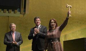 María Fernanda Espinosa, presidenta de la Asamblea General, recibe el martillo de su predecesor Miroslav Lajčák, frente al Secretario General de la ONU.