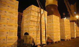 Des produits alimentaires du Programme alimentaire mondial des Nations Unies (PAM) sont chargés sur un navire au départ de Djibouti vers le Yémen