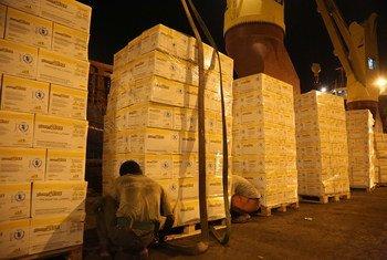 Des produits alimentaires du Programme alimentaire mondial des Nations Unies (PAM) sont chargés sur un navire au départ de Djibouti vers le Yémen (archives).