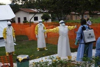 Maafisa wa afya wakisafishwa dhidi ya virusi vya Ebola baada ya kuwatembelea wagonjwa katika vituo vya matibabu mjini Butembo DRC.