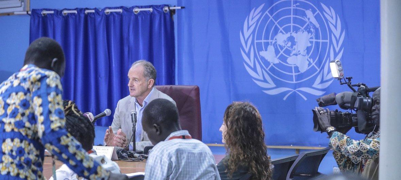 Le Représentant spécial du Secrétaire général des Nations Unies pour le Soudan du Sud, David Shearer (centre), informe les médias à Juba le 19 septembre 2018, après la signature d'un accord de paix revitalisé entre les belligérants du pays.