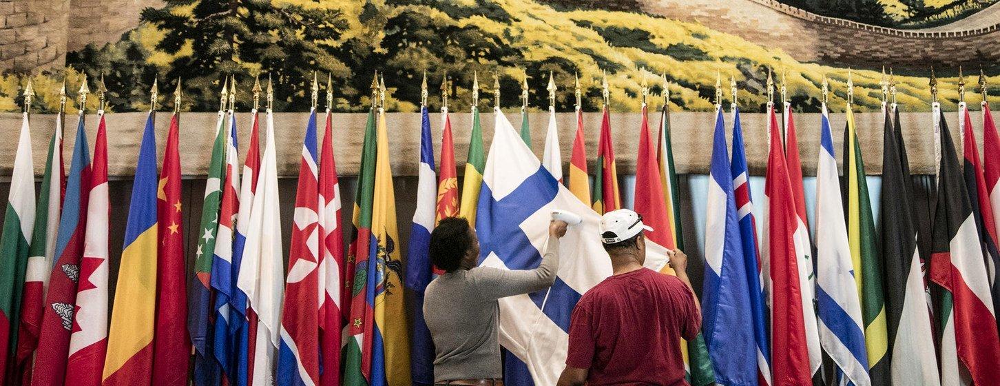 Trabajadores de la ONU planchan las banderas de los países para dejarlas listas para la Asamblea General en Nueva York (Archivo 2017)