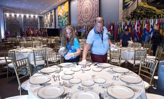 每年九月联合国大会召开期间,联合国秘书长都会为前来参会的各国元首举行正式午宴。联合国的工作人员正在为午宴做准备工作。(资料图片)