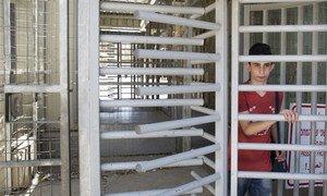 Los niños palestinos tienen que pasar todos los días.por varios puestos de seguridad para llegar a su escuela en Hebrón, territorio ocupado militar israelí