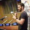 Активист с нарушением слуха обращается к участникам конференции в ООН на языке жестов
