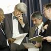 Katibu Mkuu Kofi Annan (Kushoto) akijadiliana jambo na timu yake akiwemo Edward Mortimer (wa 2 kushoto) kuhusu hotuba ya Iraq Machi 2003