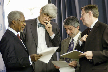前任秘书长科菲·安南(左)就 2003 年 3 月在伊拉克的一次演讲内容向包括爱德华·莫蒂默(左二)在内的媒体团队咨询。