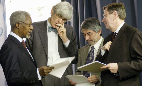Secretary-General Kofi Annan (left) consults his media team, including  Edward Mortimer (2nd left) about a speech on Iraq in March 2003.