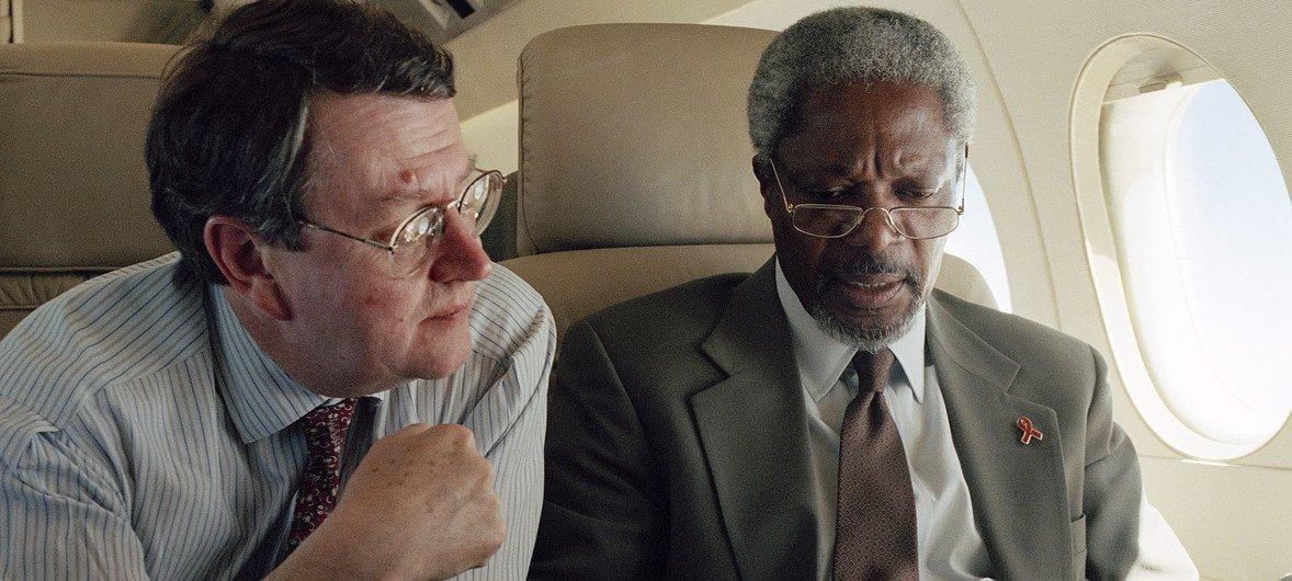Kofi Annan (kulia)akiwa na msemaji wake, Fred Eckhard, wakiwa njiani kuelekea Angola kutoka Namibia.