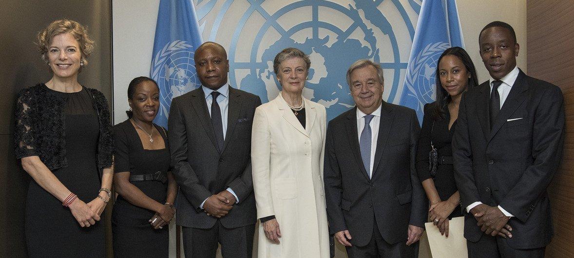 Генернальный секретарь ООН Антониу Гутерриш с членами семьи Кофи Аннана, в том числе его супругой Нан, 21 сентября  2018 гоад, штаб-квартира ООН в Нью-Йорке