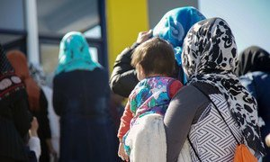نساء وأطفال لاجئون ومهاجرون يقيمون في مركز الاستقبال وتحديد الهوية في موريا، بجزيرة ليسبوس.