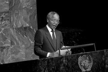 Rais wa zamani wa Afrika Kusini, hayati  Nelson Mandela, katika makao makuu ya Umoja wa Mataifa New York mwaka 1990 akihutubia kamati maalumu dhidi ya ubaguzi.