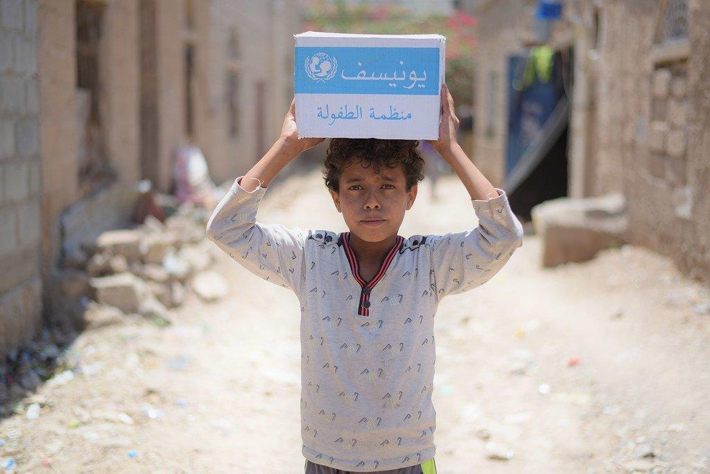 Un garçon de 12 ans dans le quartier de Bani Harith à Sanaa, au Yémen, porte du savon fourni par l'ONU (septembre 2018)