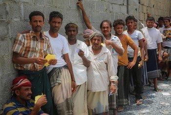 A Hodeïda, des Yéménites attendent une distribution de produits humanitaires d'urgence fournis avec l'appui de l'UNICEF (juin 2018)