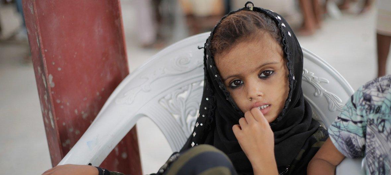 2018年6月,也门荷台达的一名女童在等待儿童基金会分发紧急人道主义用品。