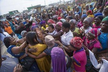 Mjumbe maalum wa UN kwa vijana  Jayathma Wickramanayake (aliyevalia nguo ya njano) akikutana na wasichana huko Ghana mwezi Februari mwaka 2018