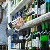 一名妇女在俄罗斯首都莫斯科的一家超级市场选购酒精饮品。