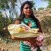Michelle ha cruzado el río que hace de frontera entre Venezuela y Colombia con su bebé, Ashley, en los brazos. Necesita medicinas que no puede conseguir en su país y que sí obtendrá de la Cruz Roja en el lado colombiano.