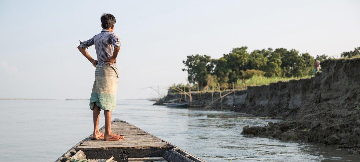 过去几十年间,气候变化、自然灾害和不断扩大的不平等都迫使人们踏上迁徙之路。在孟加拉国,农田被河流吞没,造成许多家庭流离失所。
