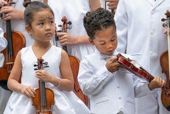 Niños tocan su música en la ceremonia anual de la ONU por el Día Internacional de la Paz.
