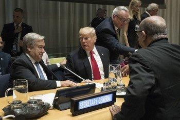 Les Etats-Unis, réprésentés par le Président Donald Trump (à droite), ont organisé à l'ONU une réunion sur la lutte contre la drogue, en présence du Secrétaire général de l'ONU António Guterres (à gauche).