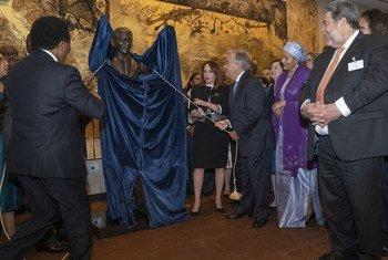 Secretário-geral revela estátua de Nelson Mandela na sede da ONU.
