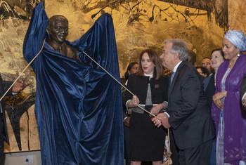 Le Secrétaire général de l'ONU, António Guterres (à droite), la Présidente de l'Assemblée générale des Nations Unies, Maria Fernanda Espinosa,et le Président de l'Afrique du Sud, Matamela Cyril Ramaphosa, dévoilent une statue de Nelson Mandela.