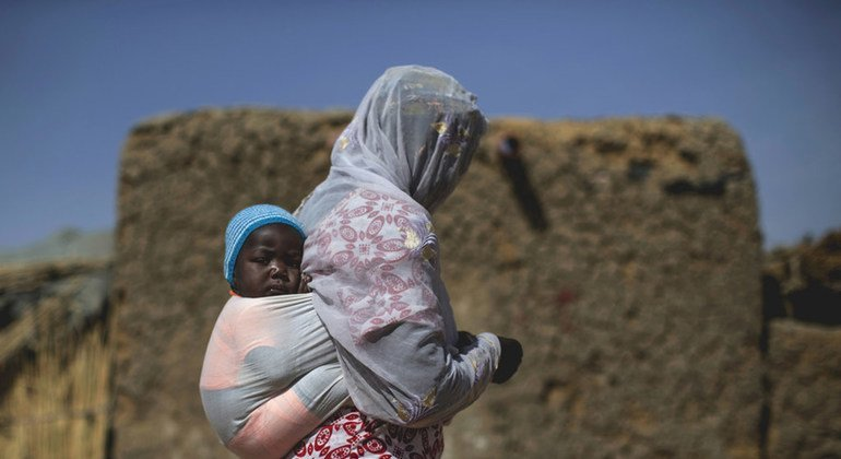 A woman and her child in the IDP village near Mopti. The village is located on the outskirts of town and hosts around forty families, most of whom fled the Timbuktu region.